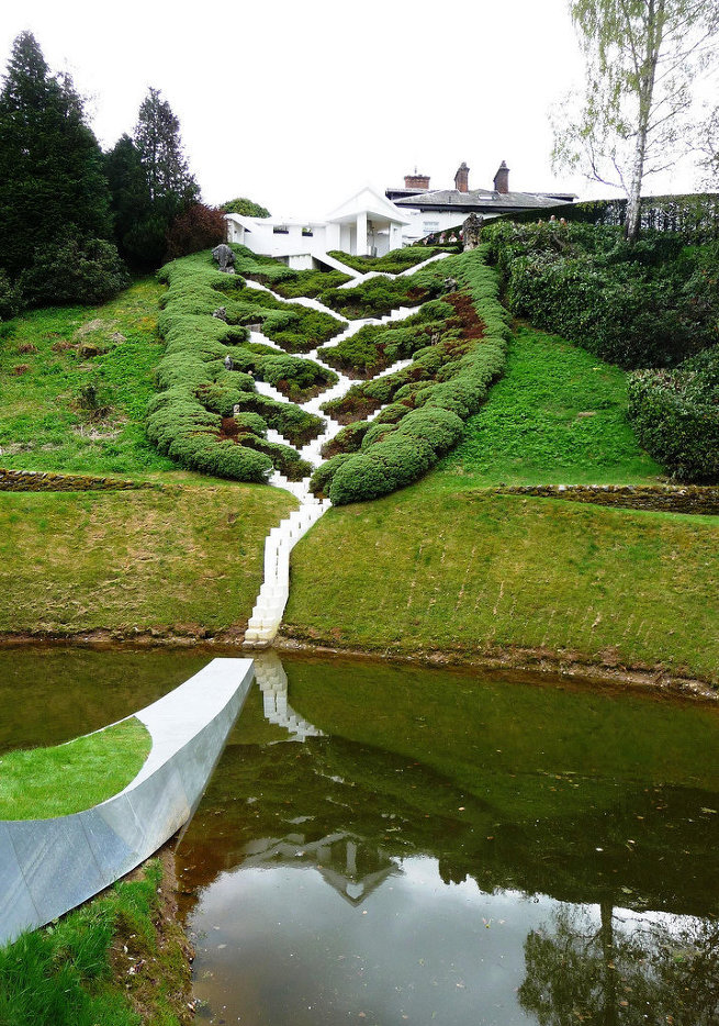Лестница Каскад Вселенной украшает склон садов Дамфрис в Шотландии