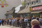 Очередь в Макдоналдс на Пушкинской площади в Москве