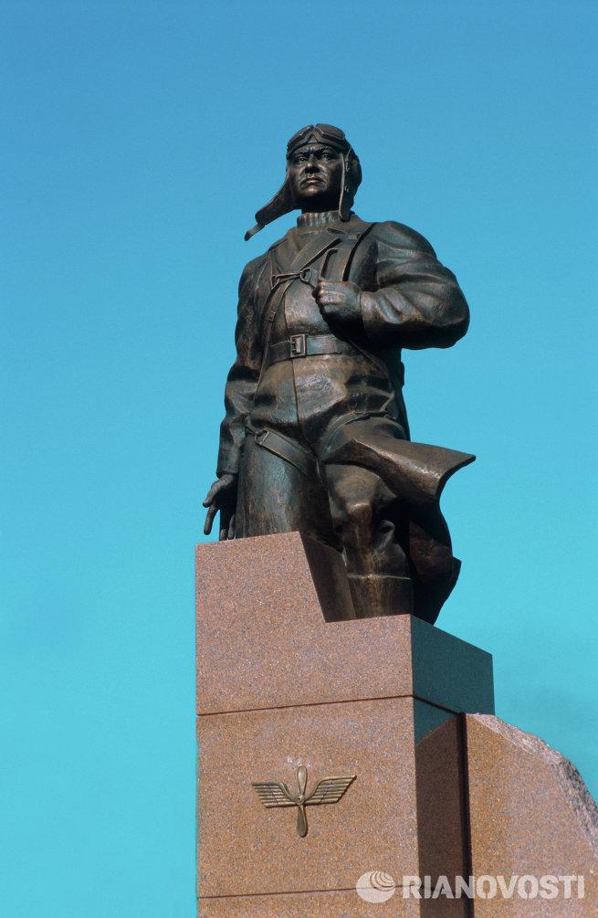 Памятник летчику Алексею Маресьеву
