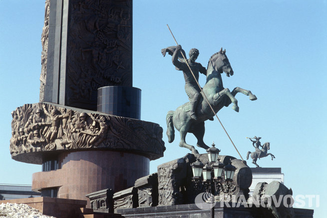 Скульптура Георгия Победоносца у памятника Победы