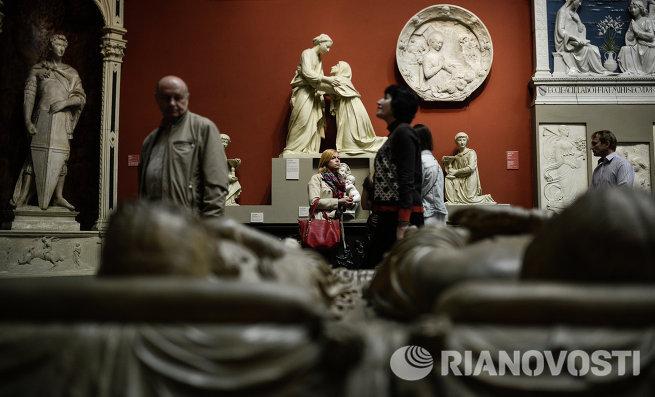 Посетители акции Ночь в музее в Государственном музее изобразительных искусств имени Пушкина (ГМИИ) в Москве