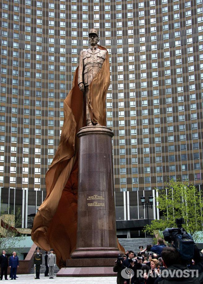 Памятник легендарному политическому деятелю Шарлю де Голлю