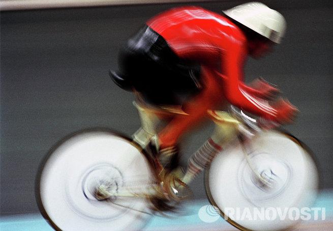 Велосипедист во время гонок