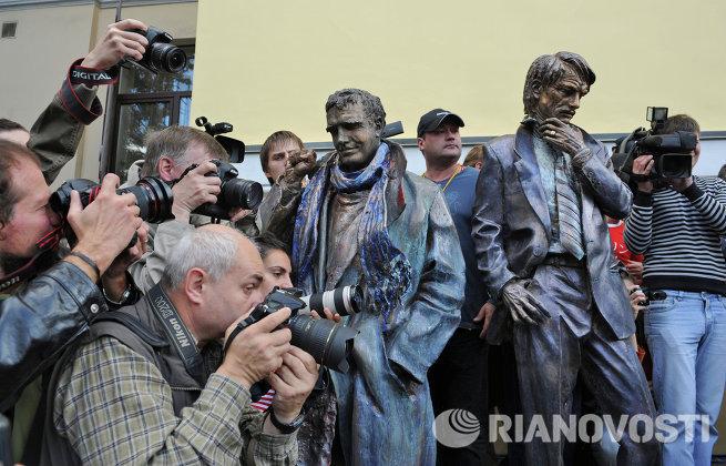 Во ВГИКе открыли памятник Шукшину, Тарковскому и Шпаликову