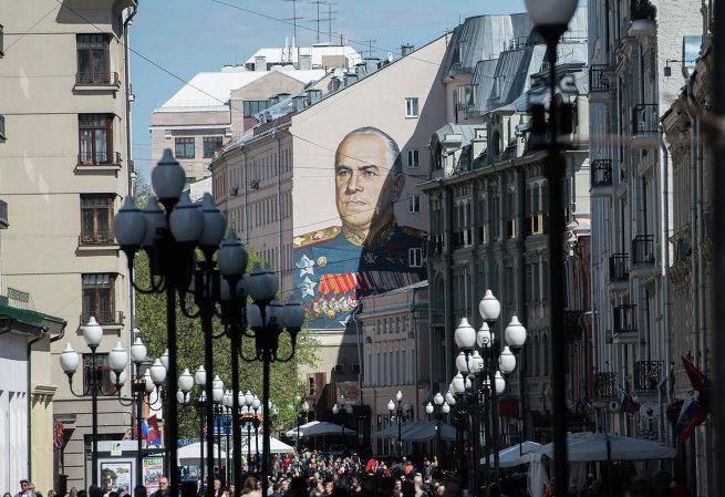 Граффити с портретом маршала Георгия Жукова на одном из домов на Старом Арбате.