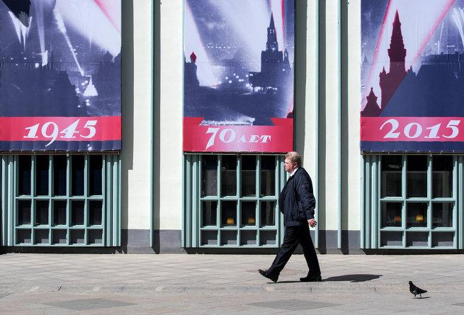 Тематические праздничные  плакаты на Лубянской площади.