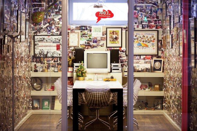 Переговорная комната в студии радиостанции Серебряный дождь