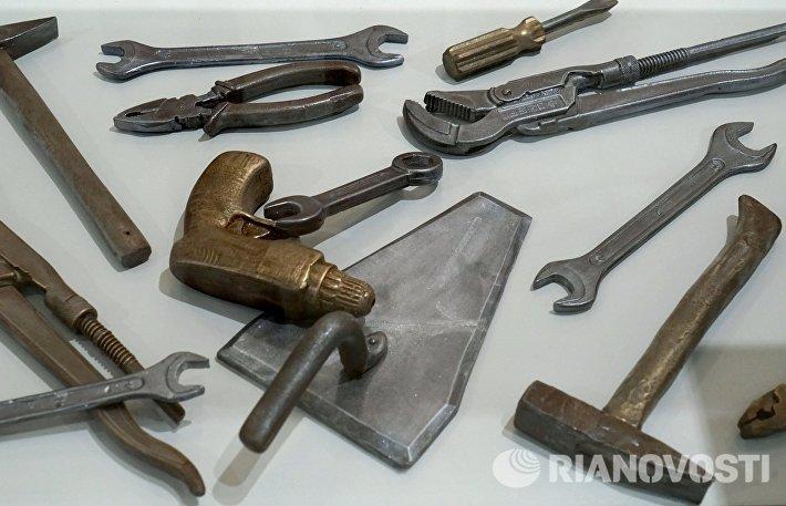 Экспонаты в виде инструментов, изготовленные из шоколада и марципана