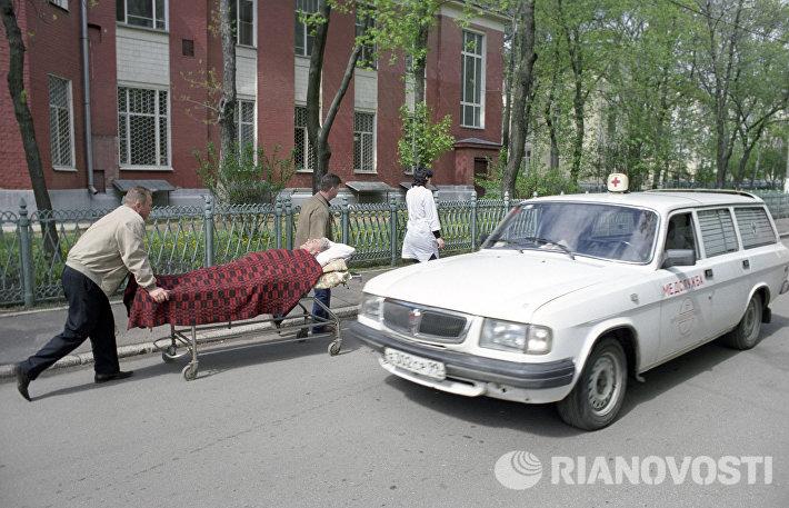 Машина скорой медицинской помощи у приемного отделения Городской клинической больницы имени С.П. Боткина