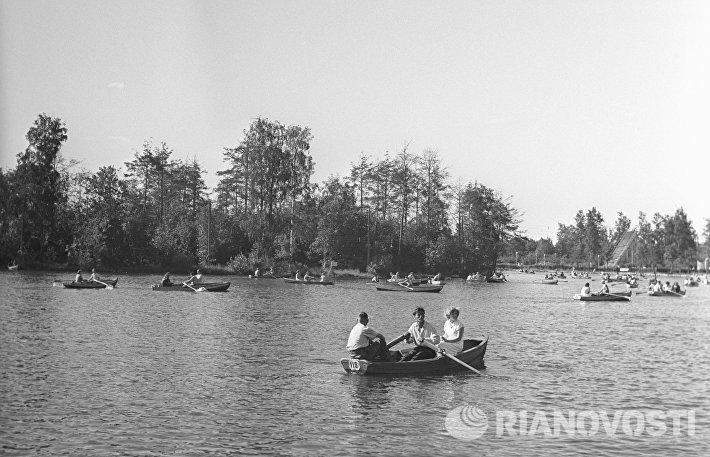 Катание на лодках в пруду парка Горького (1955 год)