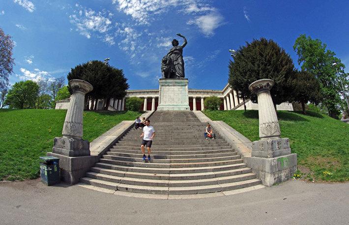 Пантеон на лугу Терезии в Мюнхене и статуя Бавария