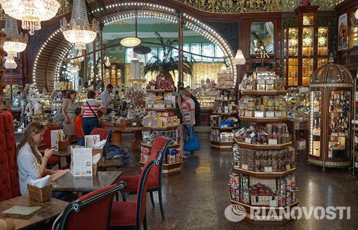 Продажа импортных сыров и мяса в Елисеевском магазине в Санкт-Петербурге