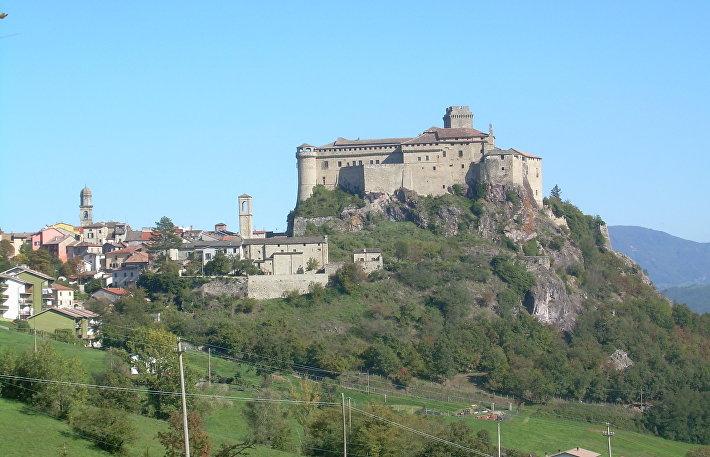 Замок Барди, Италия