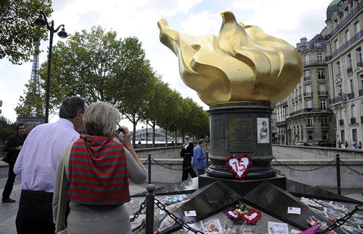 Факел статуи Свободы на мосту Альма в Париже