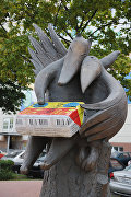 Памятник плавленому сырку Дружба в Москве