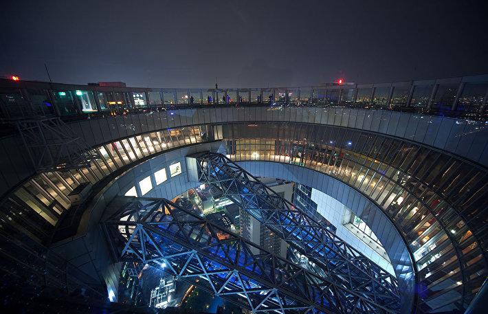 Самый высотный эскалатор в мире в здании Umeda Sky Building в Осаке (вид сверху)