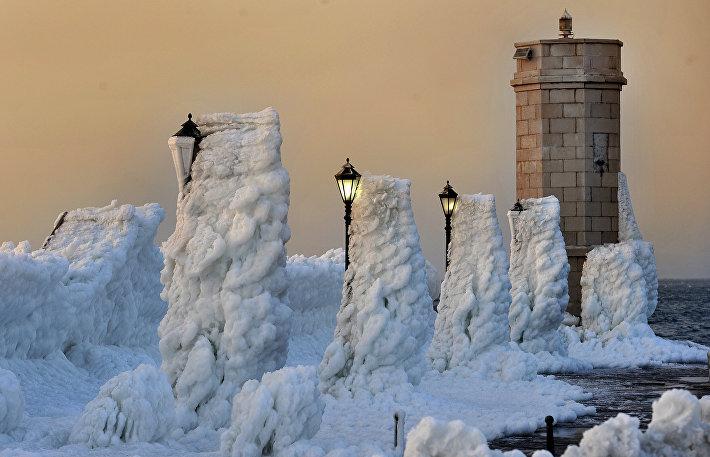 Обледеневший маяк в городе Сень