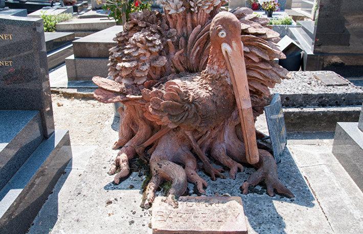 Розовая колпица на могиле художника Герарда Бартелеми