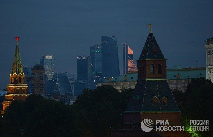 Вид на небоскребы Москва-сити с Большого Москворецкого моста в Москве