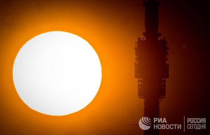 Смотровая площадка Останкинской телебашни на фоне заката Солнца в Москве